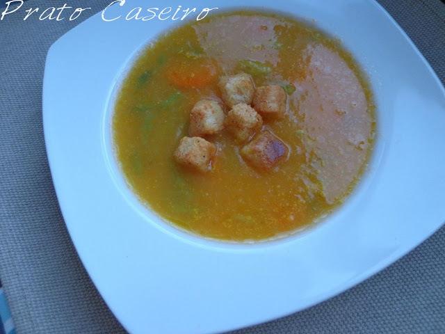 Sopa de feijão verde e cenoura com croutons de tomate e orégãos