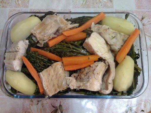Bacalhau cozido com batatas e brócolis