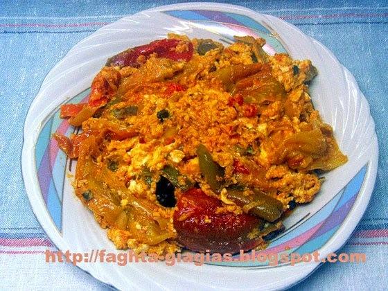 Καγιανάς (στραπατσάδα) με πιπεριές κοκκινιστές και φέτα