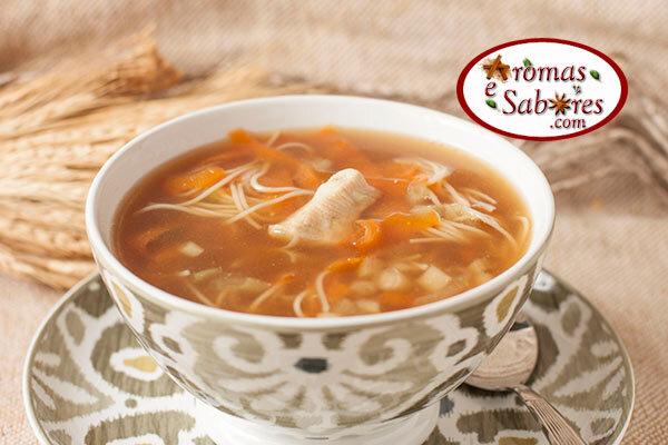Sopa com macarrão somen, frango e cenoura com shoyu
