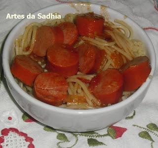 macarrão com salsicha e presente La Violetera