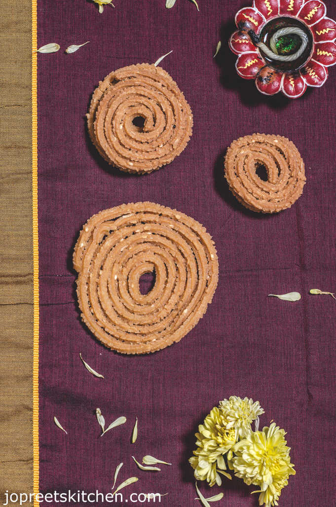 Poondu Pottukadalai Murukku / Garlic Chakli - Diwali Savory Recipes