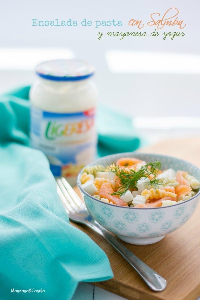 Ensalada de pasta tricolor con salmón y mayonesa de yogur