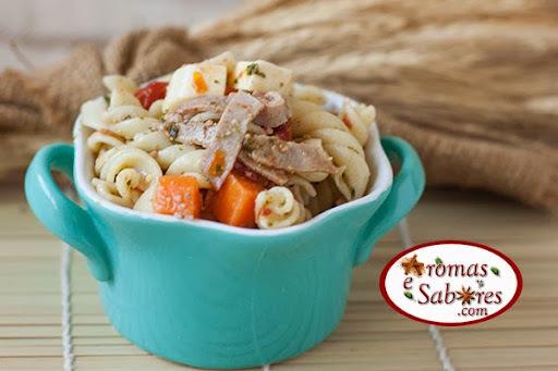 Salada de macarrão com rosbife e tomate seco ao molho pesto