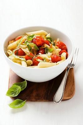 Pasta con tomates cherry y albahaca rapida