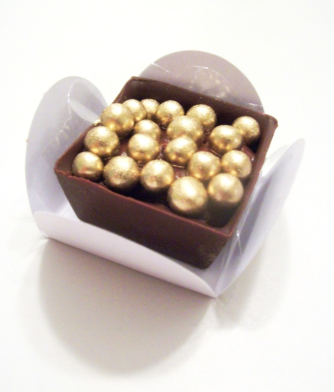 Caixinha de brigadeiro com crisps dourados