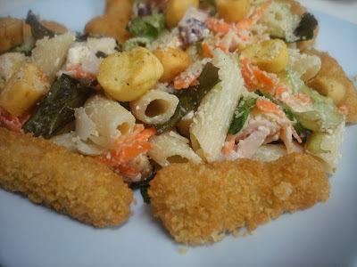 Salada de Penne com Crotouns, Vegetais e Nuggets/Steaks para seu lanche!