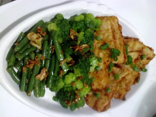 Filete de pescado empanado con brocolis y vainas