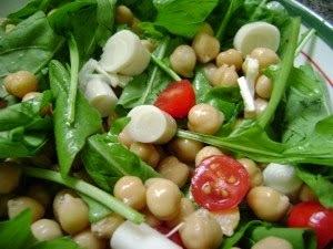 de salada de grao de bico com cenoura e palmito