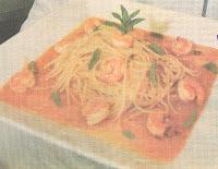 de macarrão ao molho de laranja com camarão ao molho