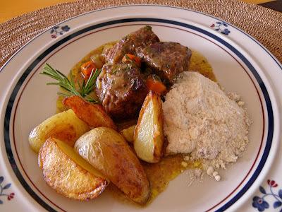 Carne Assada com Batatas Rústicas e Farofa