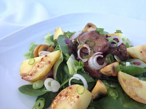 Špenátový salát s kuřecími játry a ranými bramborami