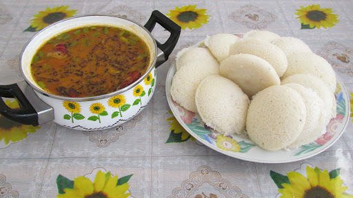 Idli (Steamed rice and pulse Puff)