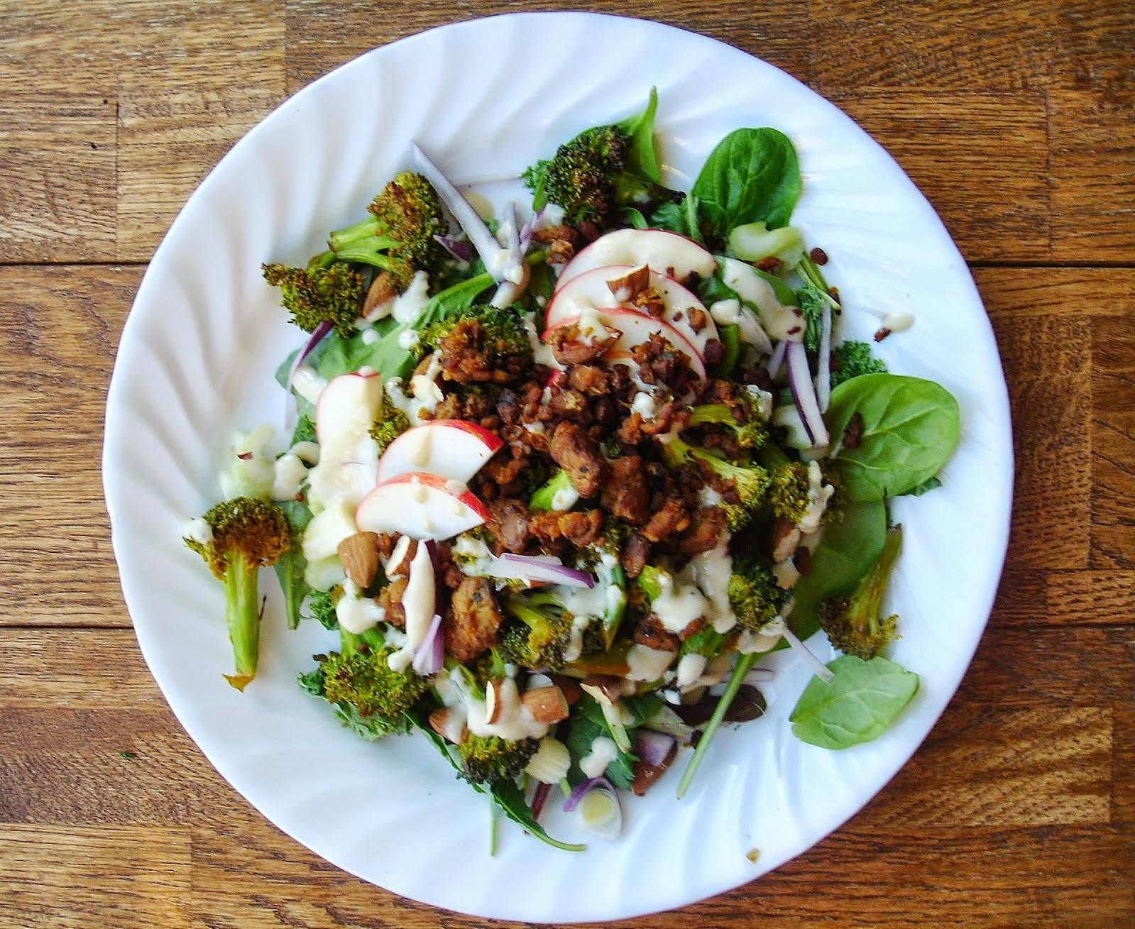 Salade de brocoli rôti & pomme avec sa vinaigrette au citron & tahini