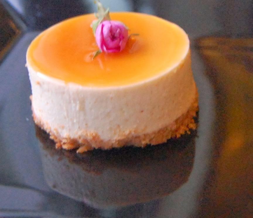 Cheesecake de cajá com calda de caramelo salgada