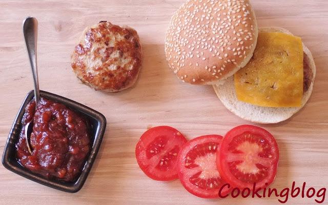 Mini hamburgueres de porco com molho de churrasco