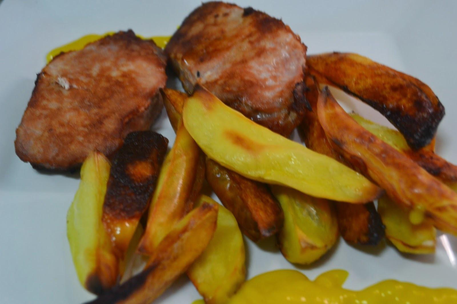 Medalhões de lombo de porco com batatas no forno