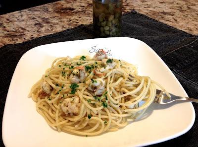 Spaghetti con alcaparras y camarones