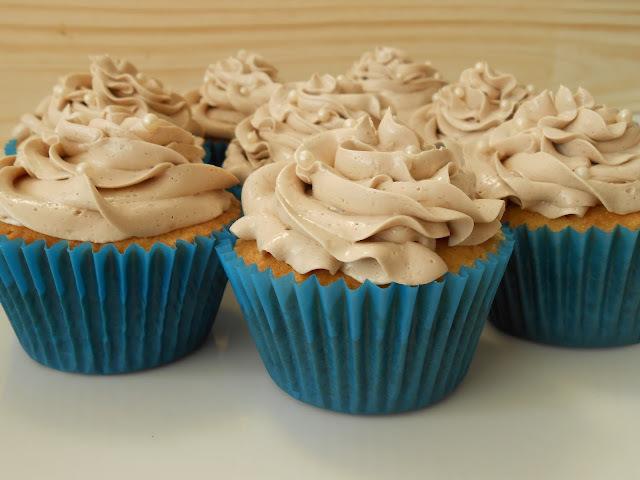 Cupcakes de vainilla y chips de chocolate