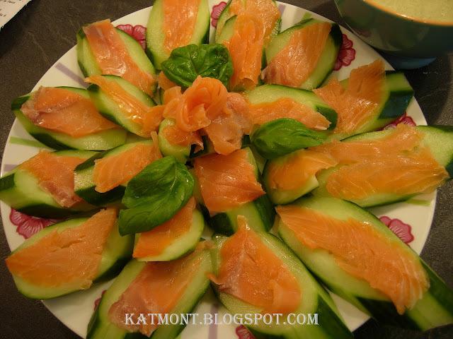 Canapés de pepino e salmão defumado, molho de manjericão ao creme