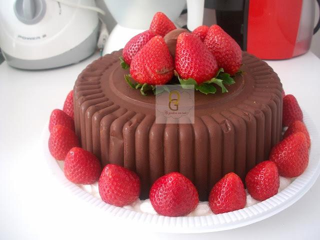 de bolo de chocolate com recheio de bombom