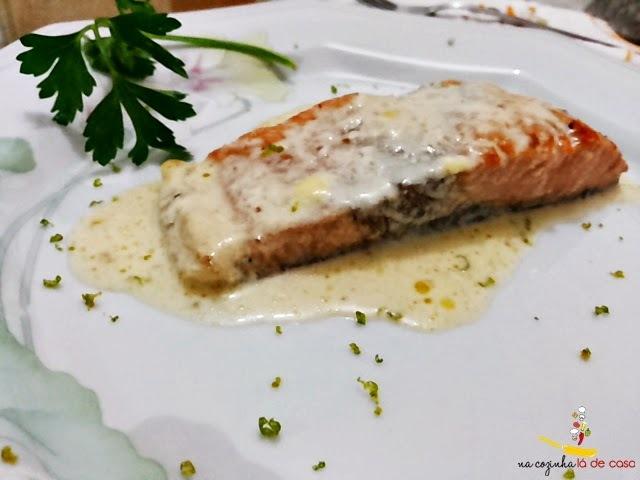 salmão assado ao molho de maracujá