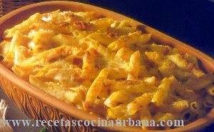 Macarrones gratinados con salsa bechamel, bacón y salchichas