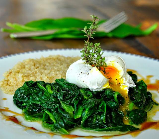 Quinoa, špenát s medvedím cesnakom a stratené vajce