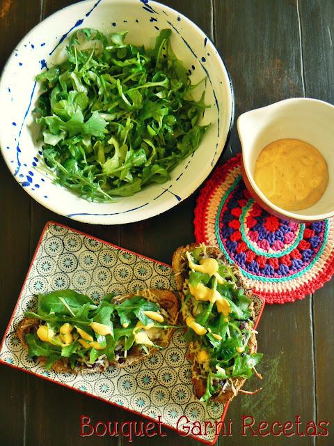 Bruschettas de hongos, Parmesano y rúcula