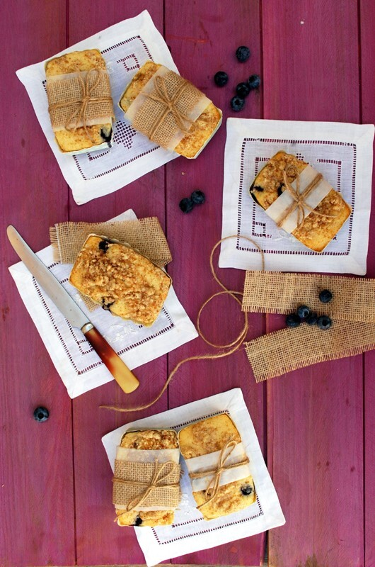 mini cakes de lima y arándanos con streusel {estamos de vuelta}