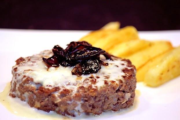 Hambúrguer com molho de gorgonzola e cebolas caramelizadas