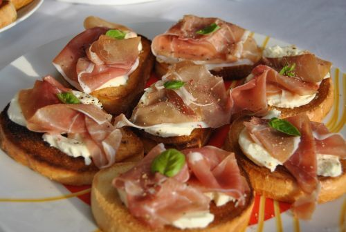 Bruschetta so sušenou šunkou a mozzarellou
