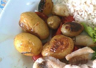 Acompanhamento Colorido de Batatinhas, Tomatinhos e Cebolas Pequenas Assadas