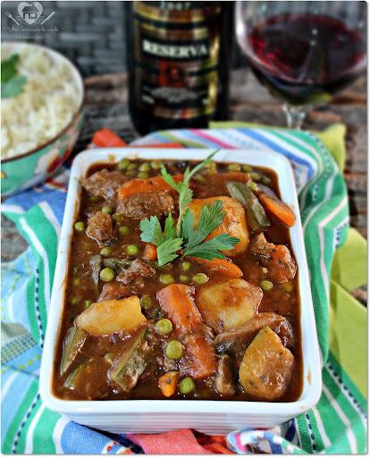 Carne ao molho de vinho tinto com legumes