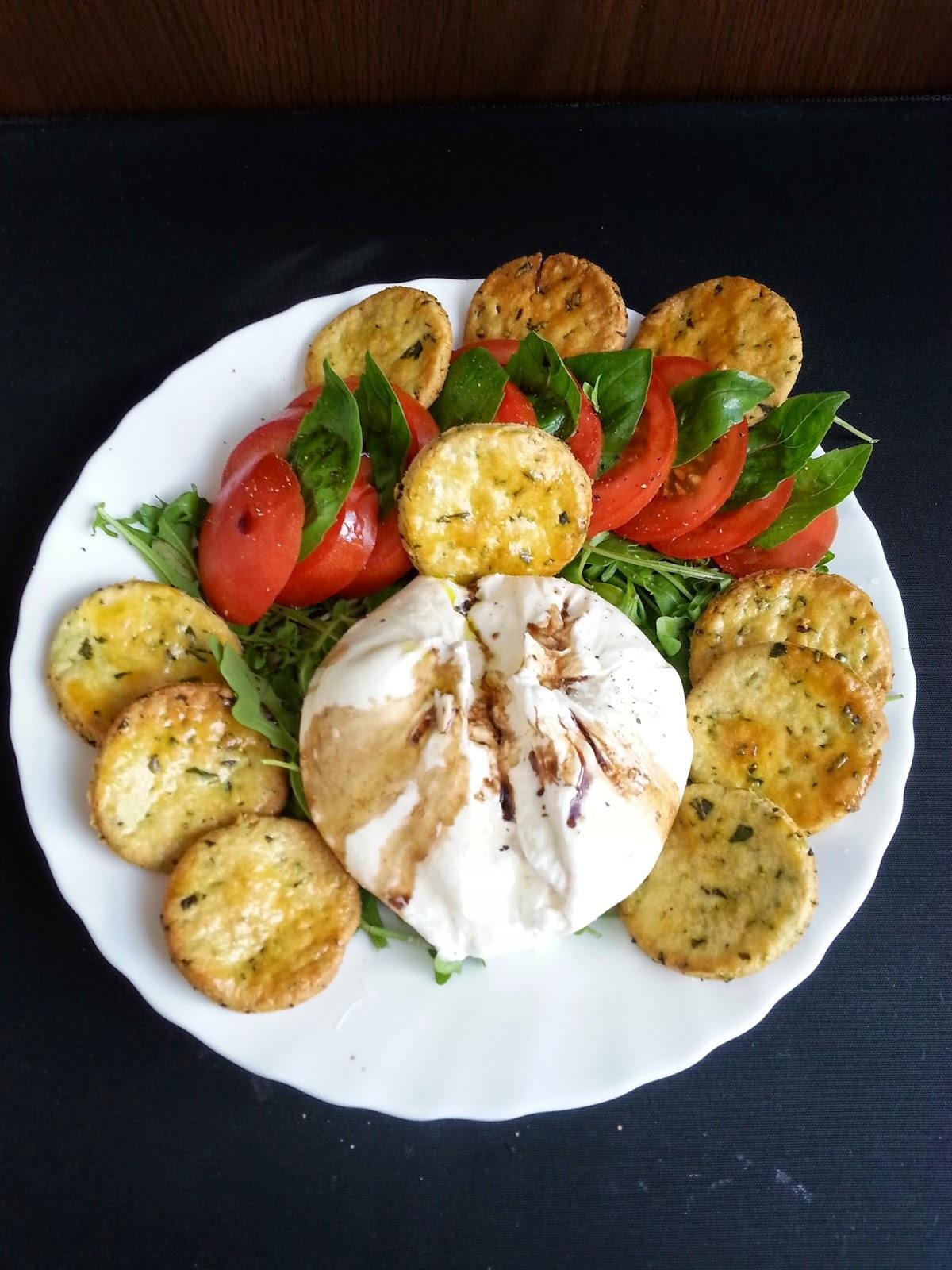 Petits sablés au parmesan, basilic et huile d'olive - Salade basilic-tomate-mozzarella burrata-roquette