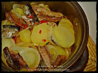 comer sardinha em lata com arroz