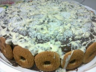 Bolo de chocolate com rosquinhas, coco e chocolate branco