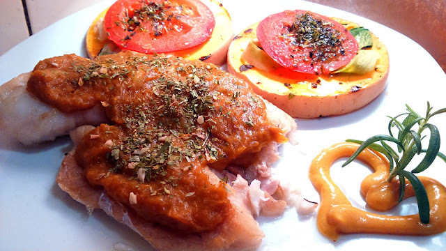 Pescado con Salsa de Mango acompañado por calabaza con láminas de zucchini y tomate A la Paula.-