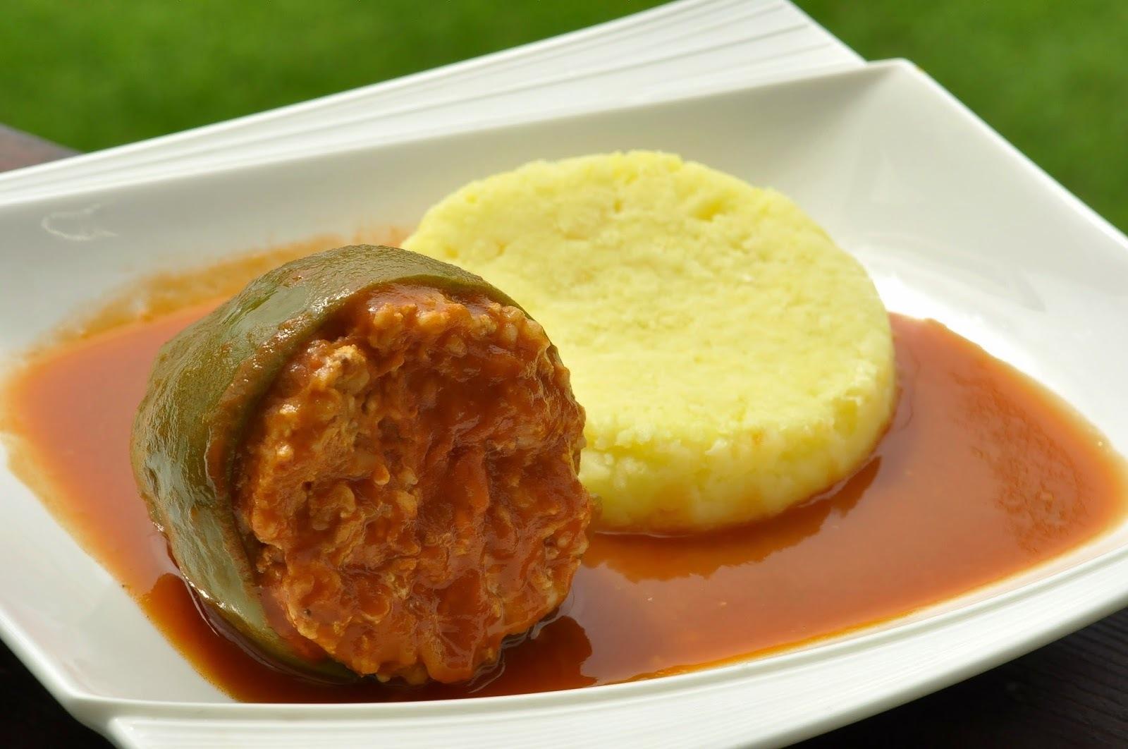 Paprika plnená bulgurom a údeným tofu v paradajkovej omáčke