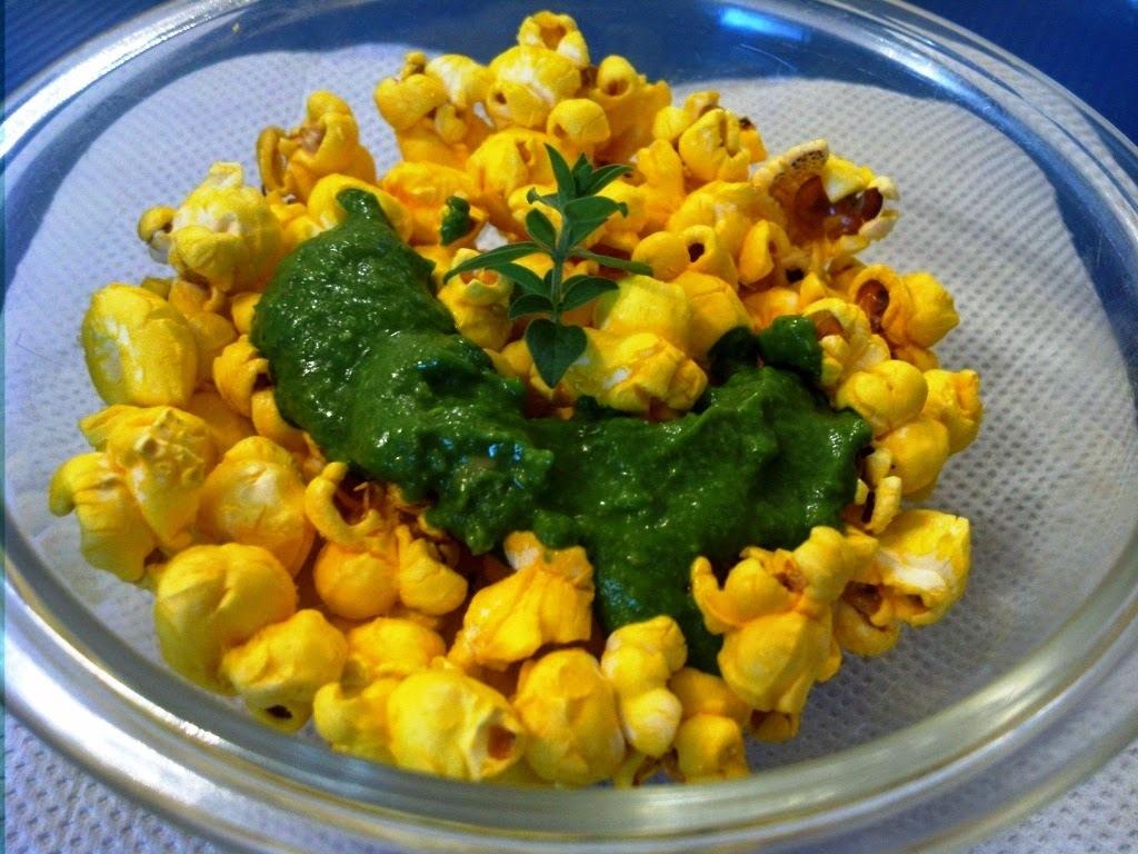 Pipoca verde-amarela: Frita no dendê servida com pesto de rúcula