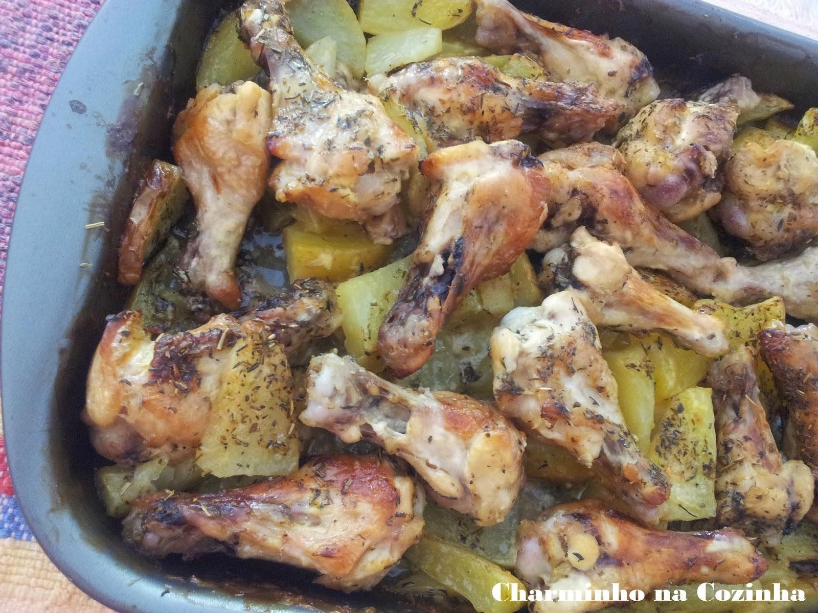 Coxinhas de frango assadas com batatas e ervas