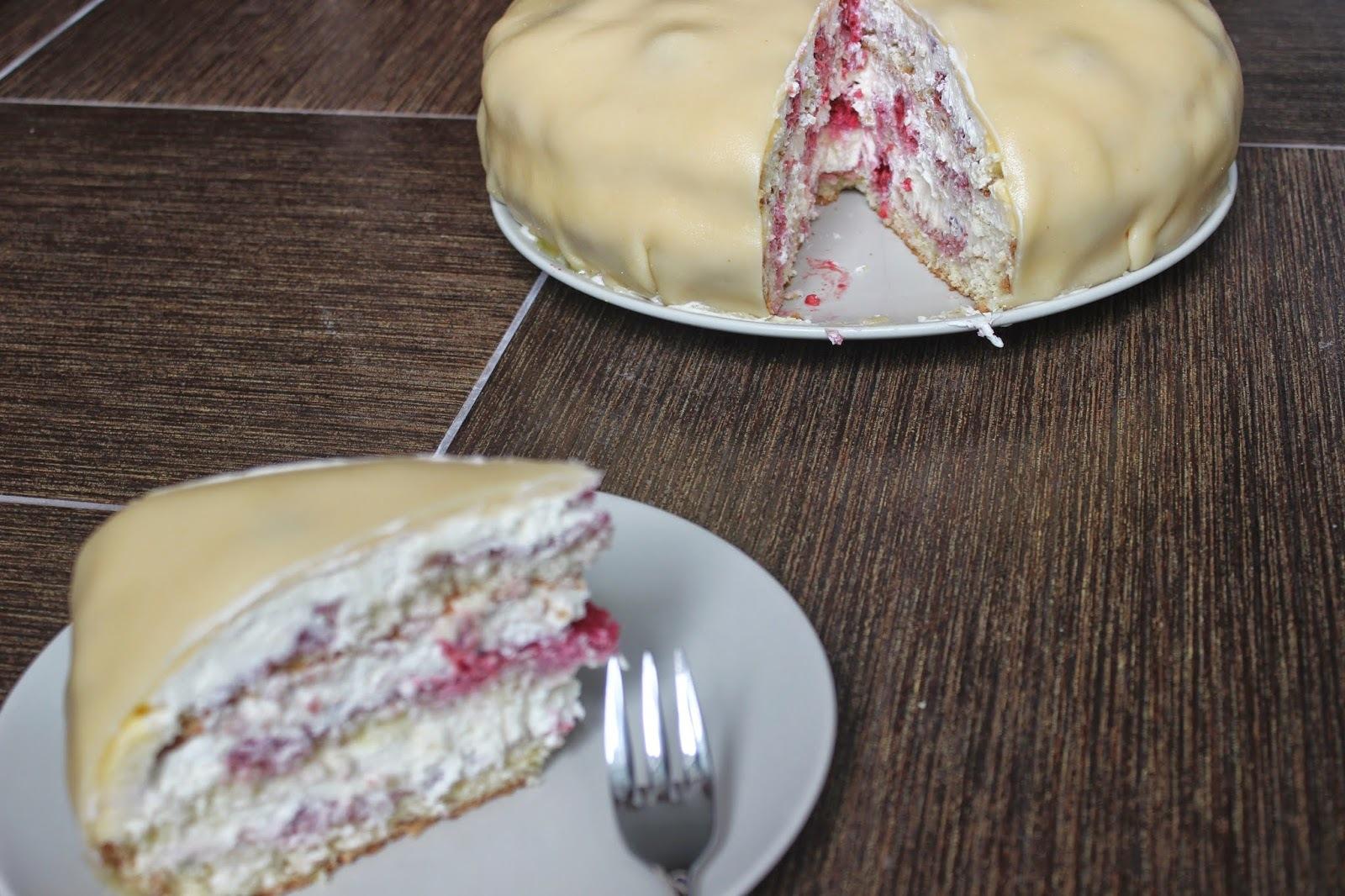 Kokosová torta s malinami a krémom z bielej čokolády