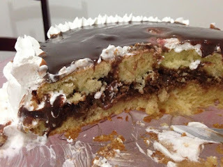 Aprenda a decorar um bolo simples com recheio cremoso trufado