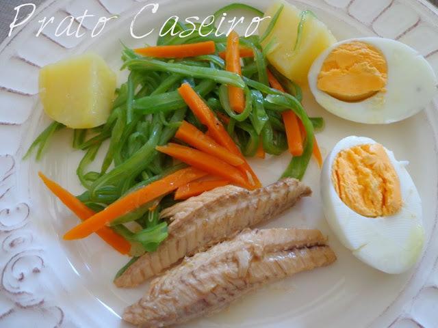 Filetes de cavala com legumes e ovo cozido