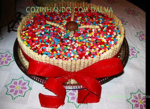 bolo de chocolate decorado com confete