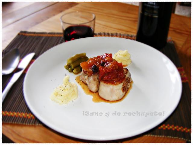 Medallones de solomillo con chutney de tomate (medallions of beef tenderloin with tomato chutney)