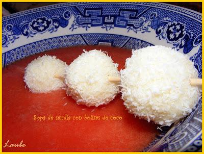 Sopa de sandía con bolitas de coco