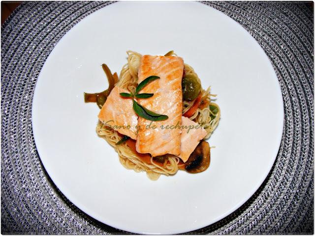 Lomos de salmón fresco sobre cama de fideos de arroz con verduras salteadas