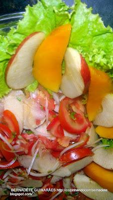 salada com frutas e verduras e frios
