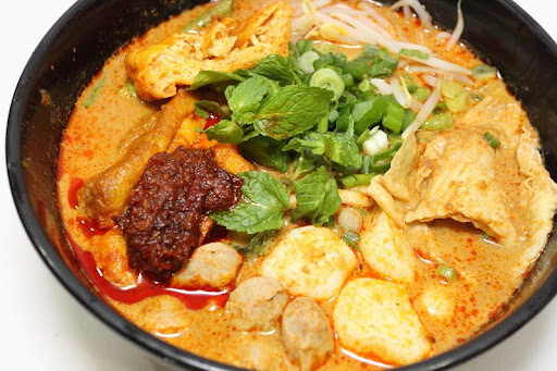 CURRY LAKSA ( NOODLES IN COCONUT MILK GRAVY )